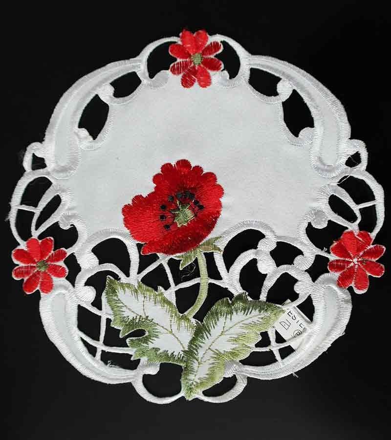 runde Tischdeckchen mit bunten Blumen